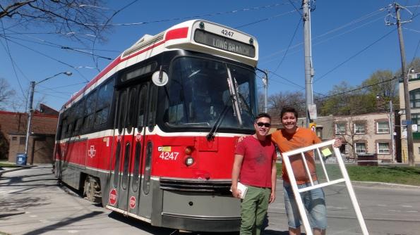 O tram, Juan e a janela